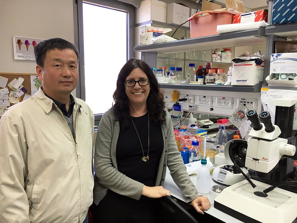 Wensheng Shi visits the lab